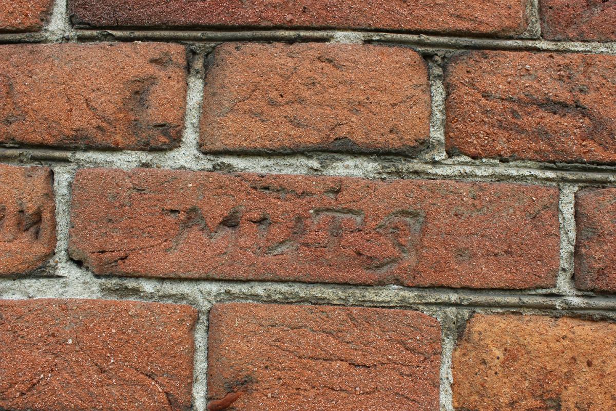 Надпись на казарме